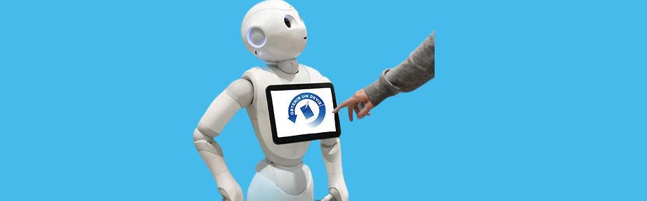 Robot humanoïde Pepper cliquez pour obtenir un devis sur fond bleu