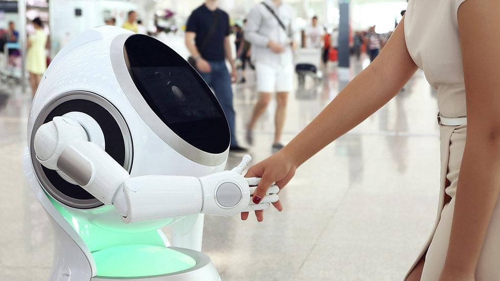 Robot humanoïde CRUZR qui sert la main à une dame dans un aéroport