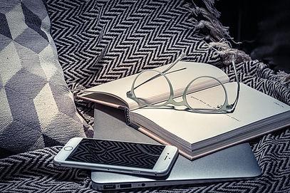 ZEISS_Stillleben_Brille-Buch-Smartphone-
