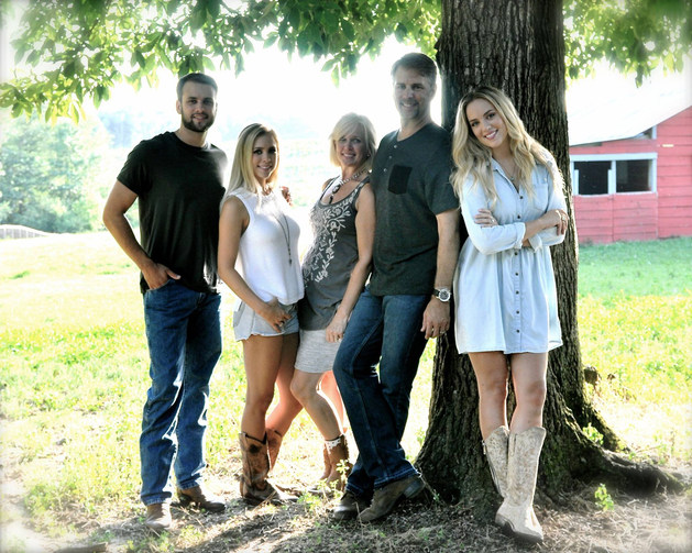 BEAUTIFUL FREEMAN FAMILY CHRISTMAS PHOTO SESSION ON THE FARM BY THE BARN