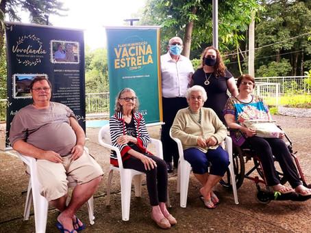 Idosos e funcionários da Vovolândia recebem a vacina