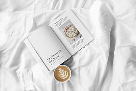 Magazin und Kaffee