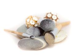 Arrangement aus Pinseln und Steinen