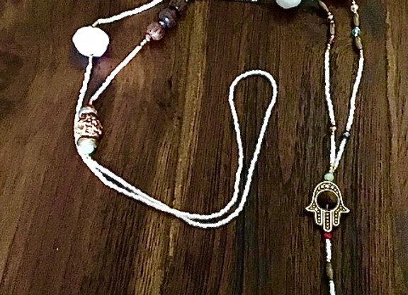Collier Main de Fatima et Pompons Blancs