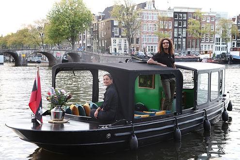 Zwart Salonbootje de Zavi met eigenaren Brian & Mathilda op de Amstel in Amsterdam