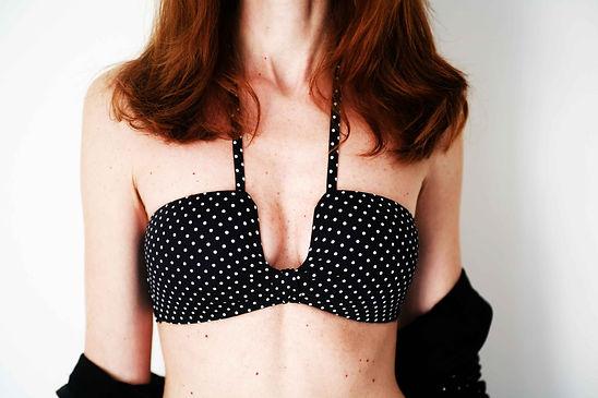 un delizioso bikini a micro pois in bianco e nero