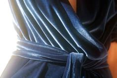 Cintura in tono nello stesso tessuto dell'abito