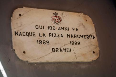 targa in onore della pizza margherita da Brandi