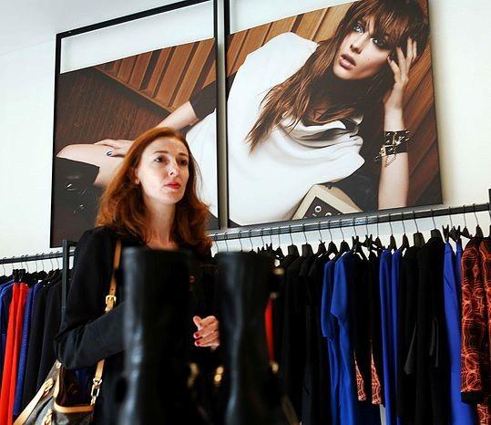 Valeria in una seduta di shopping nel mondo reale