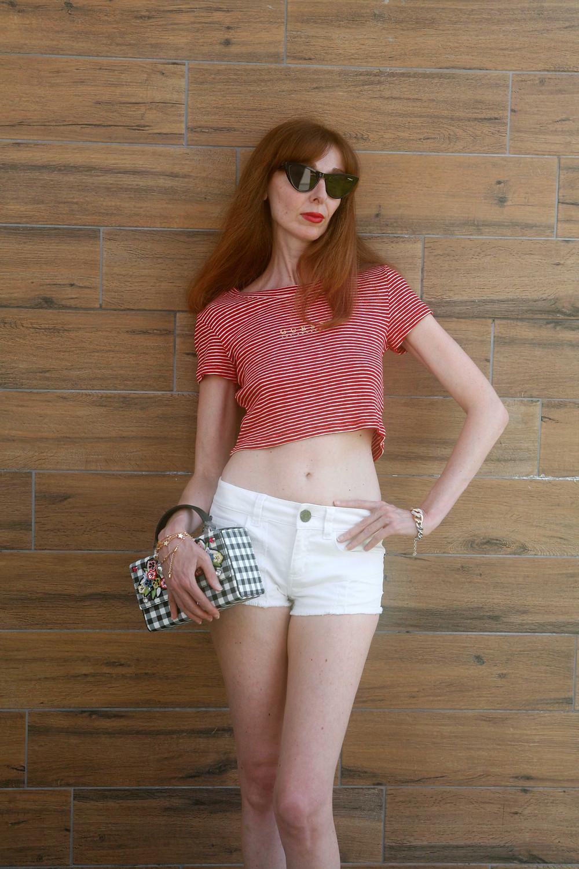 summer outfit 2019 - t-shirt mariniere più short bianchi
