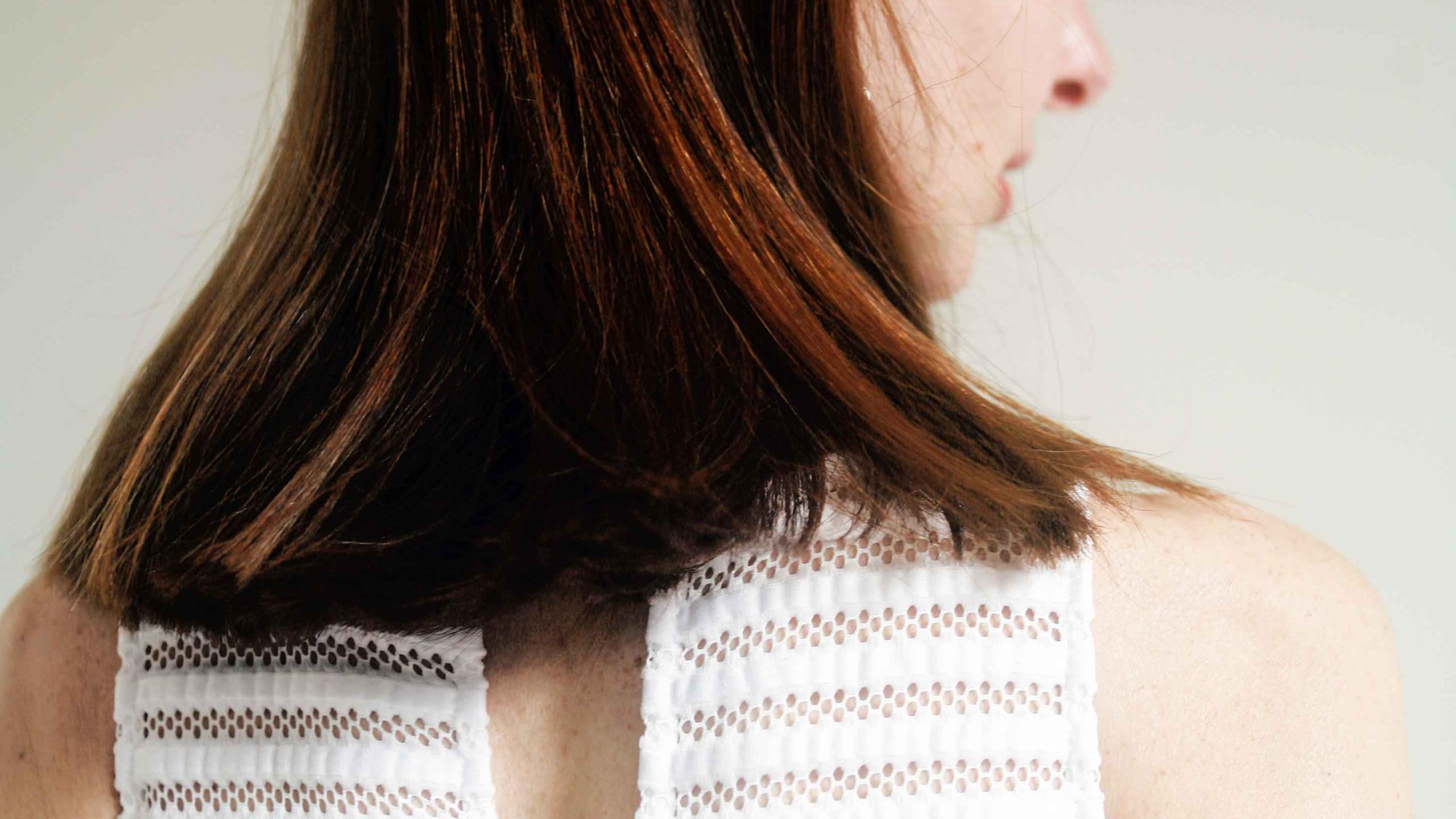 abito con taglio sulla schiena