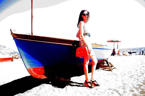 in posa sulla spiaggia delle sirene a Positano