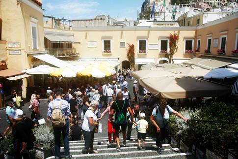 assalto dei turisti alla piazzetta caprese