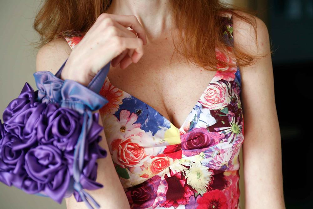 drappeggio sul seno per l'abito floreale guess