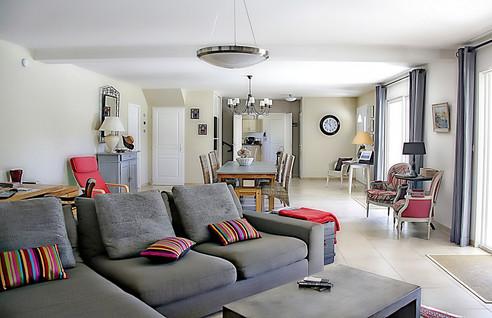 Gemütlicher Wohnbereich mit Farbe
