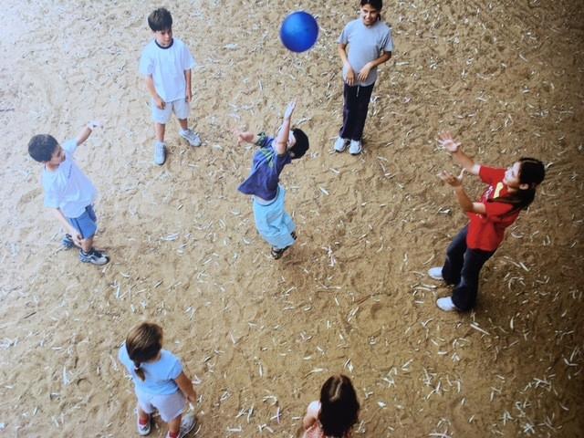 ילדים משחקים 21 בכדור מתוך הספר משחקי הילדות שלנו