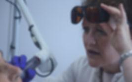 Dra. med. BirgitFarthmann durante el tratamiento con el Láser