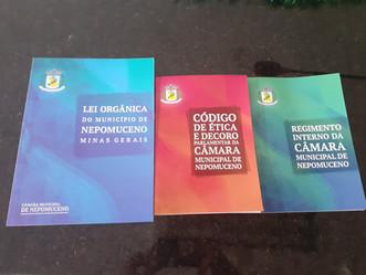 Câmara Municipal apresenta livros atualizados da Lei Orgânica, Regimento Interno e Código de Ética