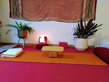 Cours de Yoga en ligne | Yoga de l'énergie | Réveil corporel et méditation | Relaxation, pranayama, méditation | Yoga Zoom