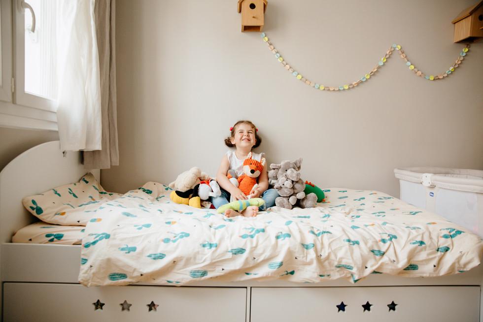 petite fille entourée de ses peluches rennes