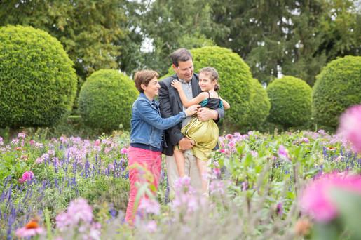 séance famille parmi les fleurs