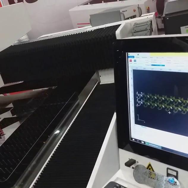 Corte laser flycutting em aço inox com fonte 1000W