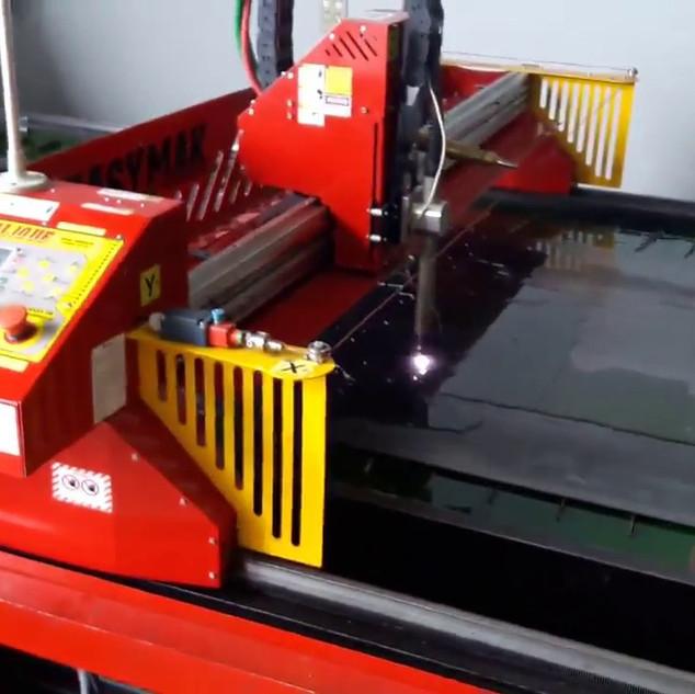 Corte de peças no plasma CNC
