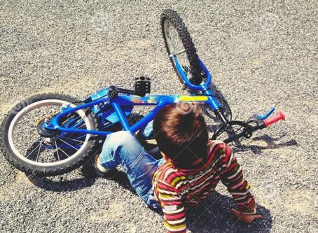 Mamma e papà si dividono sulla bici senza rotelle