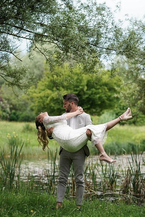 Mann mit Frau tragend