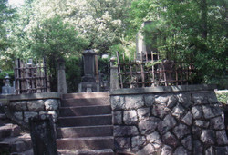 Yatsuhashi-kengyo's cemetery