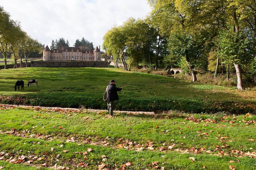 Pêcheur à la mouche devant le Château de la Rivière