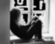 Fille_seule_fenêtre.png