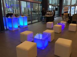Salas Lounge con cubos iluminados