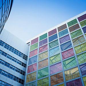 Painéis coloridos incorporados à fachada (BIPV)