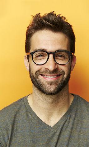Hombre atractivo joven