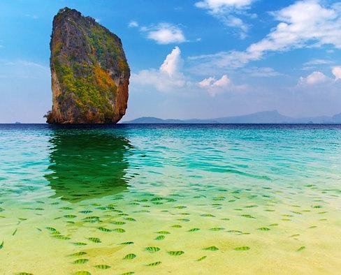 Aguas transparentes para ver los peces de la isla hong