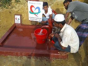 Using a newly constructed water well in Rohingya