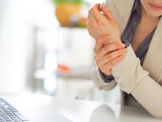 """อาการปวดแปลกๆที่ข้อมือ """"ปลอกหุ้มเอ็นข้อมืออักเสบ"""" (De Quervain's Tenosynovitis หรือ Tendinosis)"""