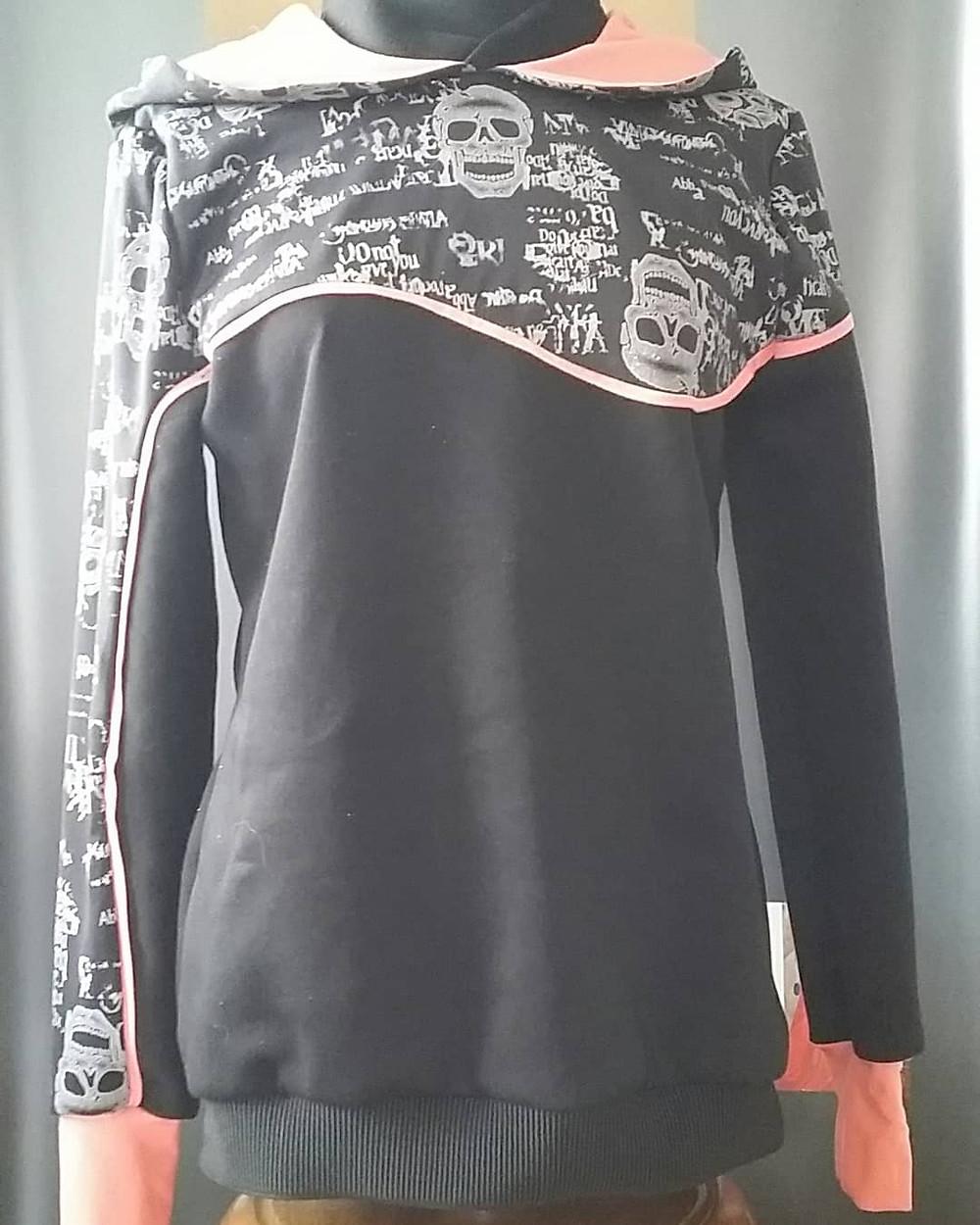 Pullover aus Materialmix, Passe an Vorder- und Rückteil, asymmetrischen Ärmeln, Bündchen und Paspel in Kontrast