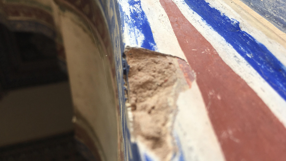 The fine buttery plaster seen in the thin layer over the mortar.
