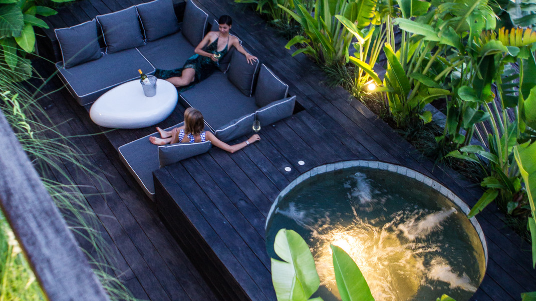 Outdoor lounge and Jaccuzi