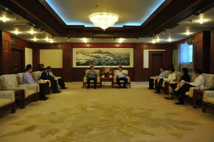 藍紹敏南京市長向仲剛先生介紹了南京的經濟和會展發展情況