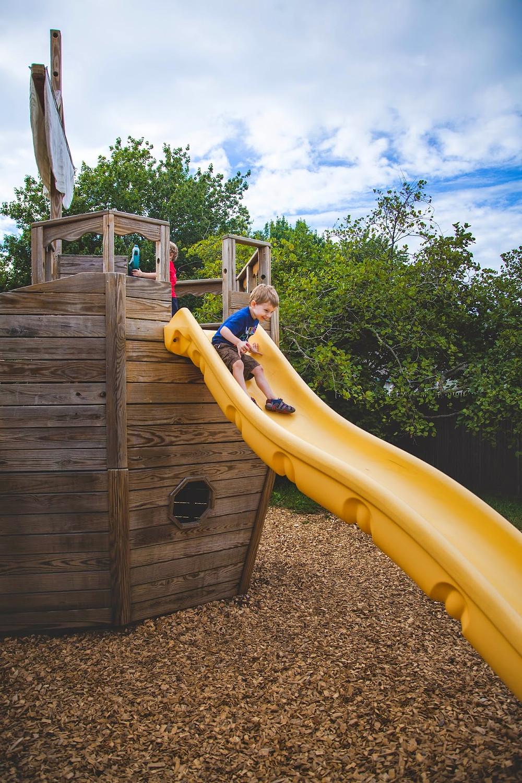Le petit parc sur Drakes Island avec son bateau de pirates en bois