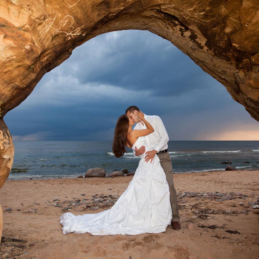 rock arch kissing wedding cpl - Wedding-planner Denver