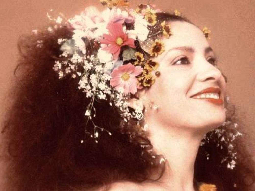A cantora Clara Nunes faleceu em 1983 por complicações de uma cirurgia de varizes