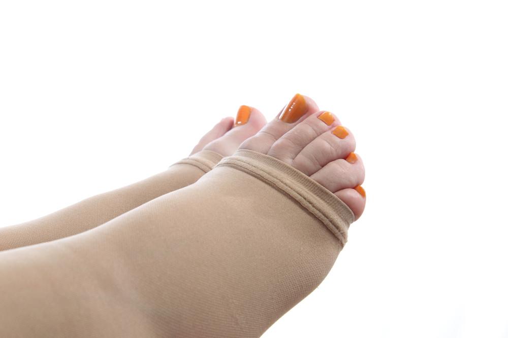 O uso da meia elástica pela gestante ajuda a evitar o inchaço e as dores nas pernas