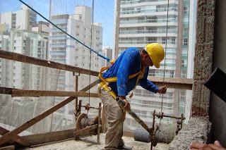 Trabalhos que exijam muitas horas em pé podem desencadear o aparecimento de varizes