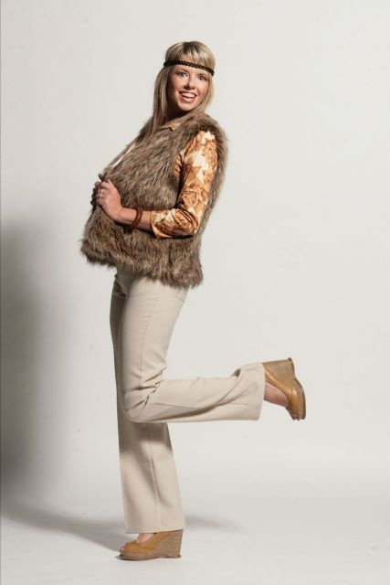 Makeupartist_Eva_hippie_style_girl_high_heels_70's_makeup_head_band_fur_flower_p