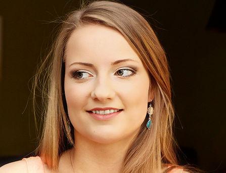 Brunette brown smokey eyes, light lips, for a graduation makeup