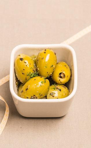 Grüne Oliven mit Kräutern und Knoblauch